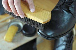nettoyer-les-chaussures-en-cuir